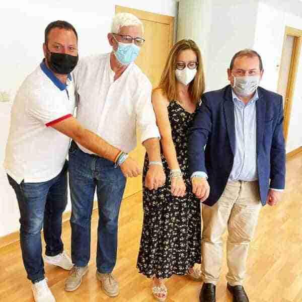 Entregan pulsera solidaria Incluye-Tea al alcalde de Puertollano
