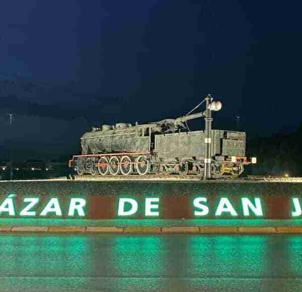 Bienvenida con letras luminosas a la entrada de Alcázar de San Juan