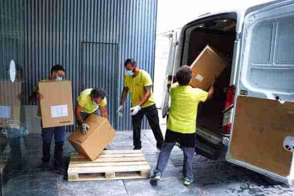 Castilla-La Mancha continúa distribuyendo artículos de protección a los centros sanitarios, con otros 154.000 esta semana