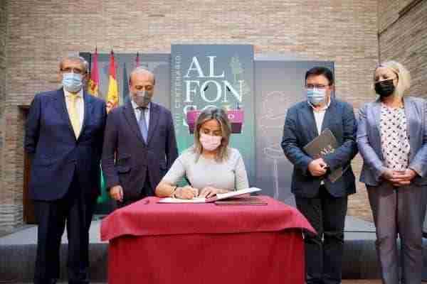 La alcaldesa de Toledo destaca el apoyo de Acción Cultural Española a la muestra de Alfonso X como un gran empuje para la efeméride