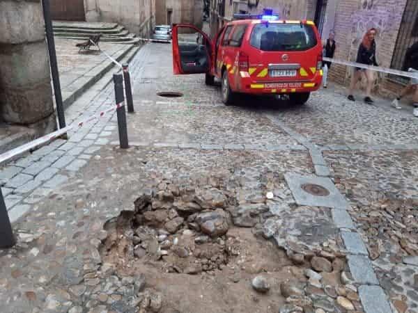La alcaldesa de Toledo supervisa las tareas de limpieza y reparación de los centros municipales y viales afectados por la DANA