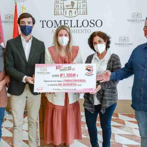 Cheque de 1.500 € entregado a Kirira como donación solidaria de los participantes más pequeños en la 10K de Tomelloso