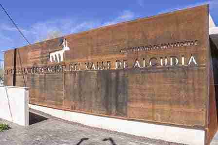Toledano firmó el convenio para dotar de contenidos el Centro de Interpretación del Valle de Alcudia